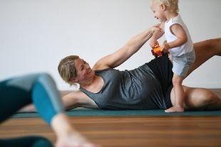 Trainingsprogramme - Fit im Alltag als Mama: Mit dem Ganzkörpertraining von Fit im Alltag zurück zu deinem Wohlfühlkörper.
