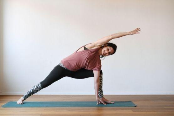 Yoga bietet für sowohl für Schwangere als auch für Mütter einen Ausgleich, sorgt für Bewegung und Wohlbefinden.